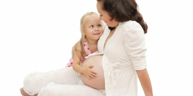 Беременная женщина берет в рот