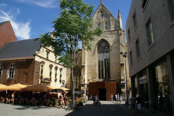 10ade9939cfa Этот магазин примечателен тем, что находится в здании бывшей доминиканской  церкви, построенной в XIII веке. Магазин открыт в 2005 году, после  реставрации ...