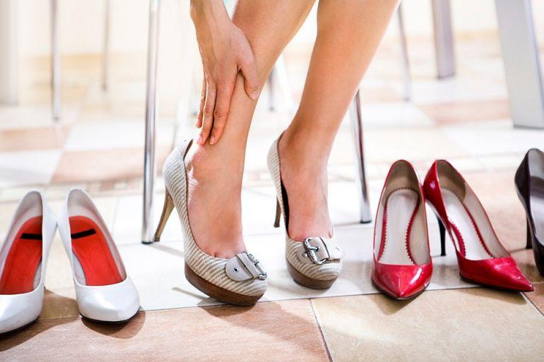 bd7235ba1 Если туфли натирают пятку, можно смазать задник изнутри мылом или воском.  Это поможет уменьшить трение. Процедуру можно повторять несколько раз в  деть, ...