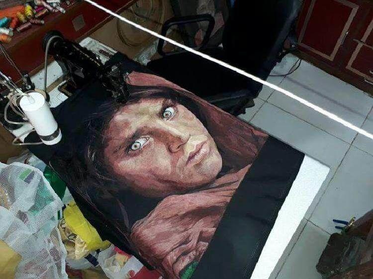 Художник вышивает потрясающие картины с помощью швейной машины.