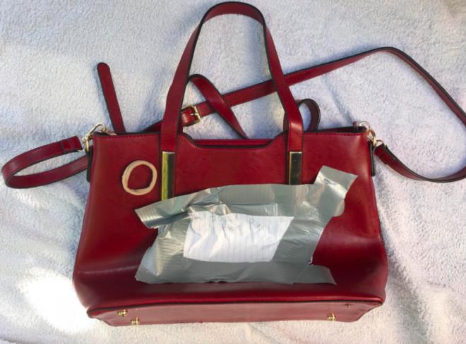 532d788aadd5 ... кто-то просто случайно оставил свою вещь и вот-вот за ней вернется.  Так, по крайней мере, подумали люди, которые взяли сумку в руки.