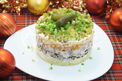 Слоёный салат «Новогодняя премьера» с куриной печенью