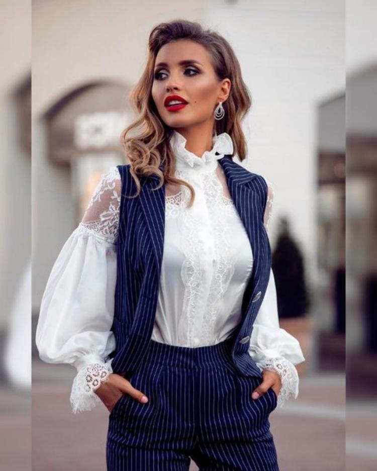 bb94582f69a Без белой блузки гардероб девушки остается незавершенным. Этот элемент  одежды нельзя оставлять без внимания. Белый цвет сочетается абсолютно со  всем.