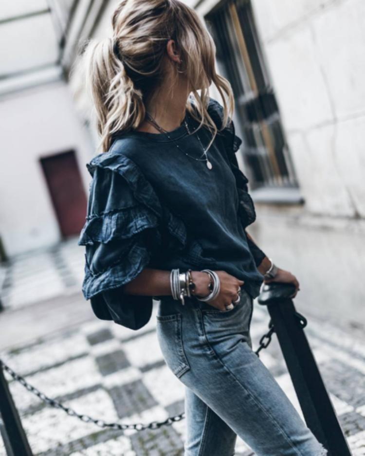 76ff25c03e1 Элегантный вариант смотрится выигрышно и подчеркивает нежные изгибы плеч и  спины. Такой фасон отлично комбинируется с классическими брюками или  джинсами.