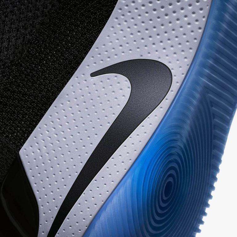 Nike Adapt BB оснащены аккумулятором на 505 мАч. Время автономной работы  может длиться от 10 до 20 дней. Заряжается аккумулятор на коврике Nike 3196e9fbaaa06