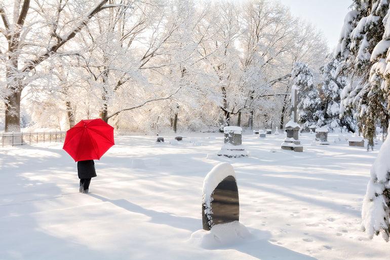 Почему надгробный памятник лучше заказывать зимой