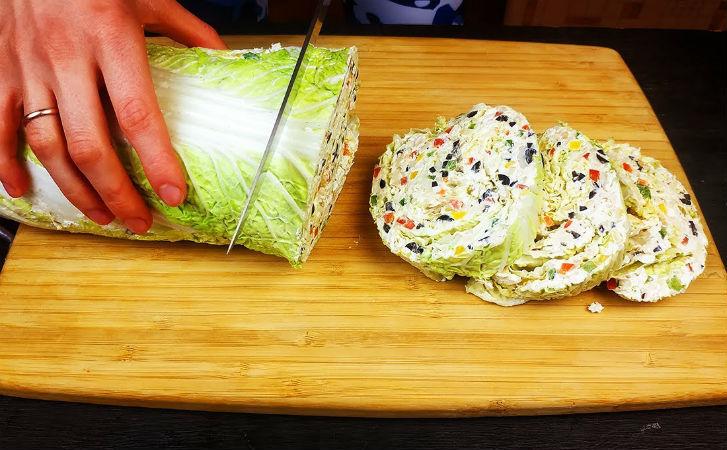 Кладем салат внутрь капусты: домашние забыли про Оливье, ищут на столе только новый рулет