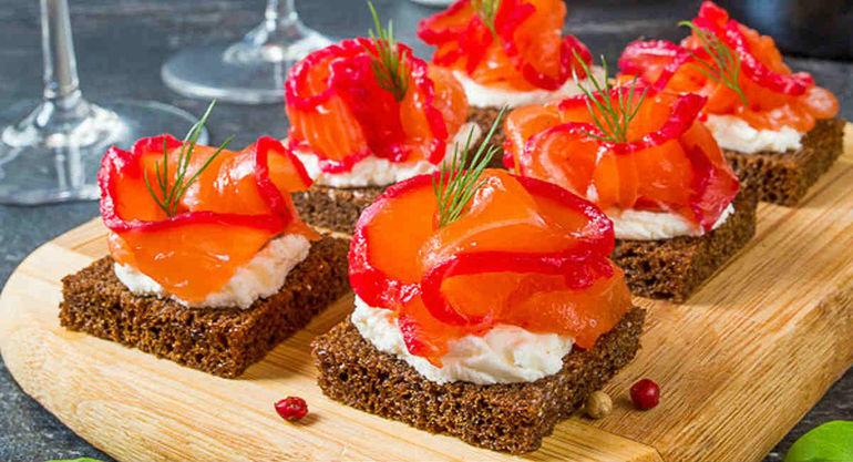 Четыре рецепта красивых рыбных бутербродов для праздничного стола