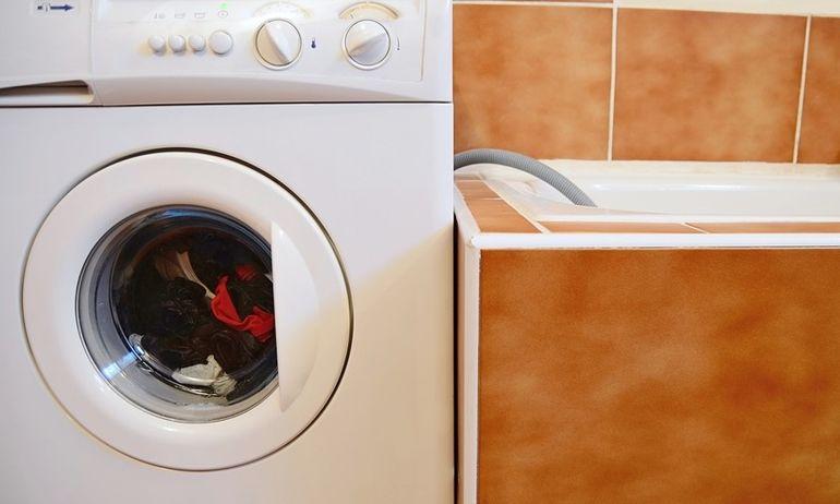 Мыться при включенной стиральной машине нельзя. И вот почему