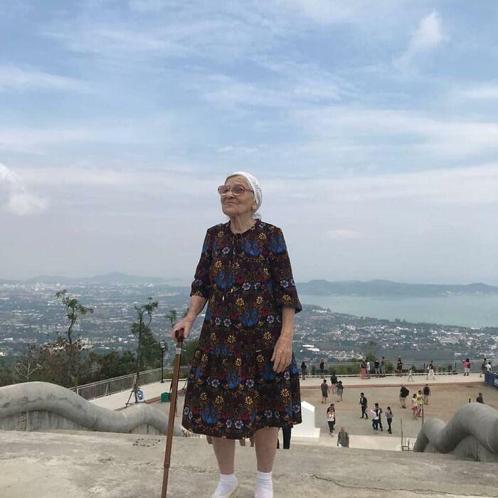 91-летняя русская бабушка одна путешествовала по миру