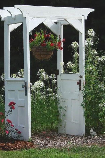 Нетривиальная задумка по переделке старой двери в саду