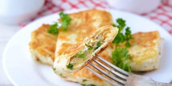 Лаваш с сыром и яйцом на сковороде