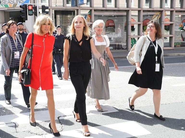 Урок модной дипломатии от первой леди Франции: образы 64-летней Брижит Макрон покоряют изяществом новые фото