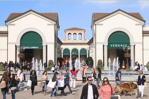 Smart shopping at Serravalle outlet! All that beautiful designer's darlings all in one place!