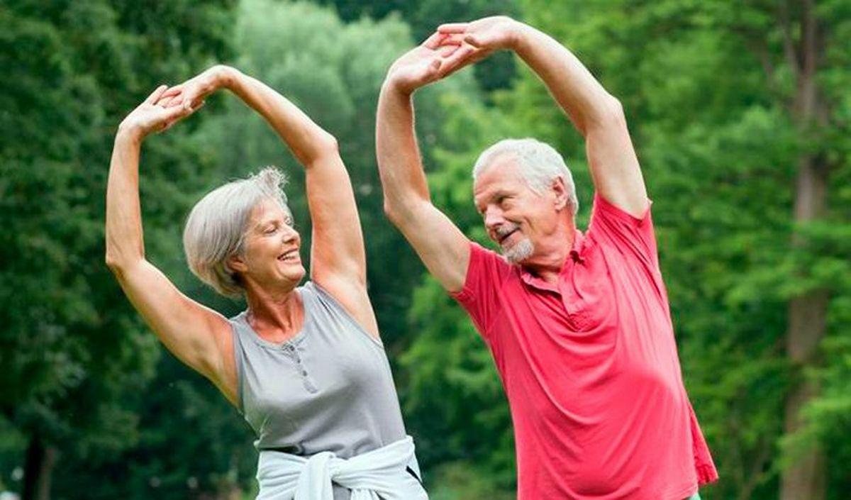 8 упражнений утром для пожилых людей