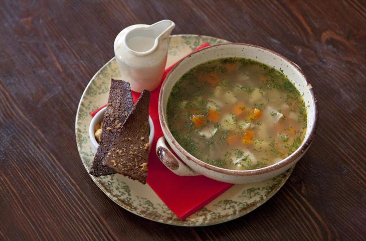 Почистить 2 небольшие картофелины и 1 морковь, нарезать кубиками, всыпать в кипящий суп.