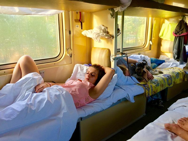 фото спящих в купе поезда материалы